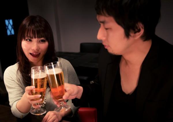 素材 飲み会 男女 カップル 酒 ビール ぱくたそ