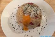 【食らえ俺の男飯!】パスタソースで作る!カリカリベーコンのカルボナーラ風焼飯