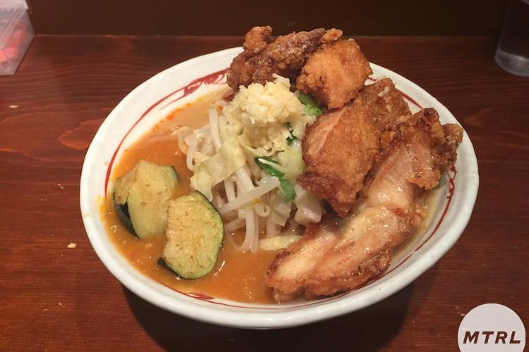 【俺の麺 Vo.17】見た目も味もパンチの効いた旨辛麺「高田馬場 表裏」編