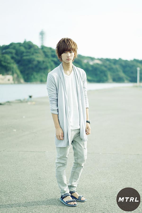 シャツ ¥9.720(ヴァンキッシュ/せーの)、パンツ ¥2.462 (フォーエバー21/フォーエバー21オンラインショップカスタマーサービス)、時計  ¥45.360(オロビアンコ