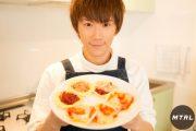 【#CUBERS 春斗の簡単クッキング】みんなで楽しく宅飲み&ホムパにオススメ!餃子の皮で作るパーティーミニピザ