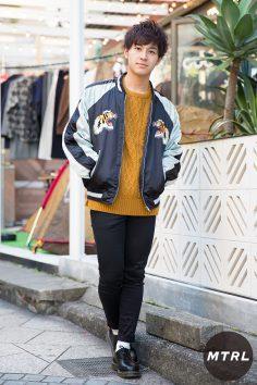 2016年秋の渋谷原宿リアルスタイル【MTRL_SNAP】刺繍スカジャンをイエローニットでマイルドに仕上げた 杉本 涼