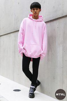 2016年秋の渋谷原宿リアルスタイル【MTRL_SNAP】ピンクのビッグパーカーが可愛い韓国コーデ!田頭 歩
