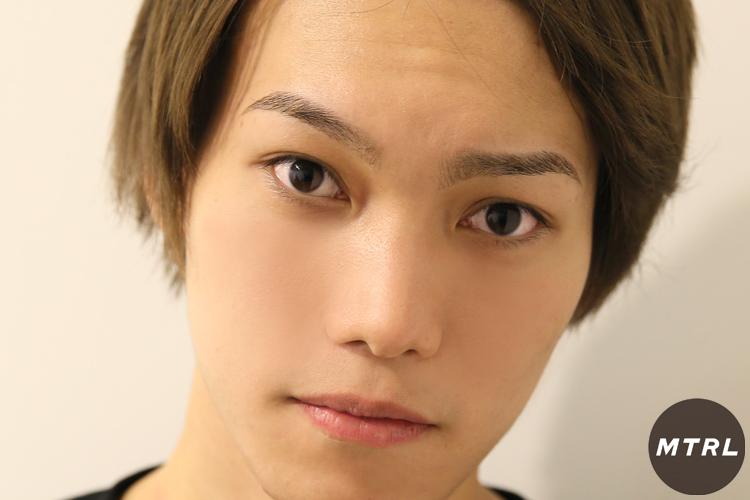 両眉を施述し終えたモデル龍太朗。正面からの形はこんな感じ!