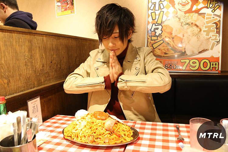 大学生のアルバイト事情。飲食店でアルバイトするメリットは賄い!大盛りのパスタを食べようとするMTRLモデルのりょま君。