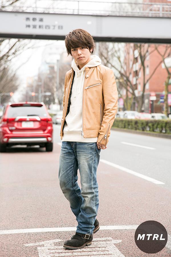 2017年冬の渋谷原宿リアルスタイル【MTRL_SNAP】ベージュライダースが主役のカジュアルコーデ 小川哲央