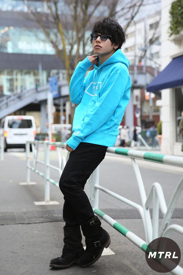 2017年春の渋谷原宿リアルスタイル【MTRL_SNAP】ターコイズブルーのパーカーが印象的な 小川哲央