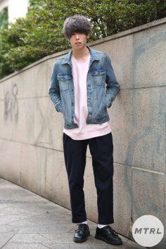 2017年春の渋谷原宿リアルスタイル【MTRL_SNAP】 デニムジャケットと春色インナーのカジュアルコーデ ウエダカズマ