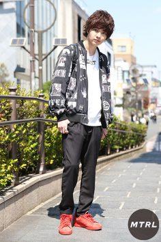 2017年春の渋谷原宿リアルスタイル【MTRL_SNAP】赤スニーカーを差し色にした春のブラックコーデ 齊藤崇太