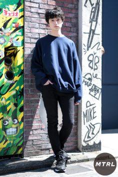 2017年春の渋谷原宿リアルスタイル【MTRL_SNAP】スウェットをあえて肩落ちさせたラフコーデ 金子直弘