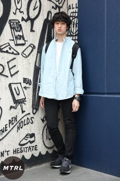 2017年春夏の渋谷原宿リアルスタイル【MTRL_SNAP】淡いブルーシャツを羽織ったクリーンスタイル 金子直弘
