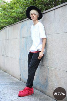 2017年春夏の渋谷原宿リアルスタイル【MTRL_SNAP】赤を差し色にしたスタイリッシュコーデ クドウショウヤ