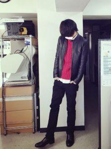 今も昔も好きというレザーのジャケットとニットを合わせたスタイル