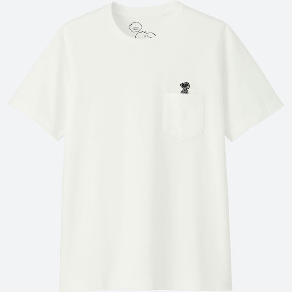 Tシャツの胸元にあるのはスヌーピーのステッカー