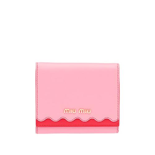 miumiu 財布。 インスタ大好き♡ パステル大好き♡ な彼女にオススメなのがmiumiuのお財布。 キレイ系より可愛い系のブランドなので、普段大人っぽい格好をしてる彼女にはNGということは忘れずに。
