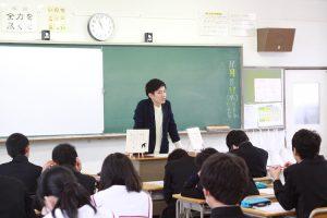 出身地である愛知県春日井市の中学校で教壇に登る詩人の鈴掛真さん。この日は地元中学の特別授業で先生をした。