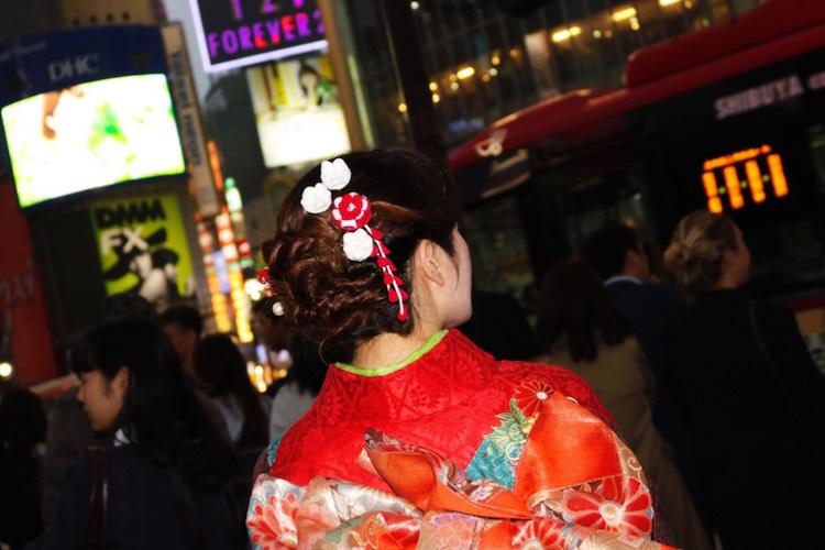 振袖の晴れ着姿で夜の渋谷スクランブル交差点を歩く二十歳の新成人妹尾ユウカさん。
