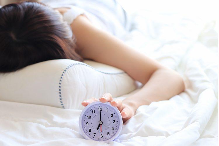 【これで寝坊卒業!】確実に朝起きられる多機能目覚まし
