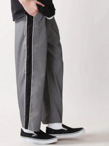 さらりと肌触りの良いストレッチ素材で仕上げました。 ウエスト周りから裾にかけてストンと落ちるシルエットで、スタイルが良く見えるラインにこだわったアイテムです。 股上をやや深くとり、スラックスの穿きやすさはそのままに、シルエットで遊び心をプラスしたデザインが魅力。
