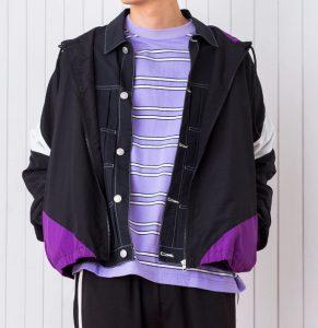 90年代流行したスポーツブランドのナイロンジャケットをイメージに、懐かしくも新しいアイテムを作りました。毎シーズン好評なレトロスポーツアイテムで、ユニセックスでオススメの1品です。 ・身幅は当時のXXLサイズのようなオーバーサイジングながら、丈は長すぎないレギュラーに仕上げてあるので、パンツのシルエットを選ばず合わせやすいシルエットです。 ・18秋冬モデルはグリーンやパープルなどこれまでに無かったレトロなカラーリングをラインナップ。チェックパンツなど、トラッド感あるアイテムとのMIXコーディネートがオススメです。