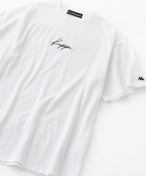 デザインバリエーション豊富にご用意しております。 胸元のロゴが筆記体のデザインはバックプリントで首元にブランドの代名詞でもあるOMINIマークがシンプルに印字されております。 胸元にOMINIマークが印字されているデザインについてバックプリントの首元は「kappa」とブランド名だけの印字になっております。 また、バッグも無地と背中にラインが入ったデザインがあり、Kappaロゴが肩口から袖にかけて入ったものなどデザイン豊富に取り揃えてます。 共に、デザインはシンプルながらビッグシルエットになっているため、少し外しの利いたアイテムに仕上がっています。 Kappa Kappa/カッパ 別注 刺繍ロゴ ビッグシルエット半袖Tシャツ ¥2,970