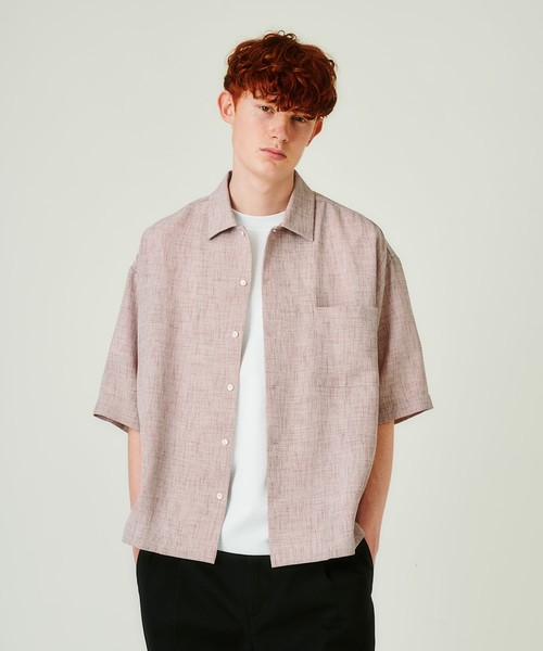 シャンブレーの風合いがポイントのオーバーシャツ。シャリ感のあるポリエステル生地によりカジュアルながらもクリーンな雰囲気です。ルーズ感のあるビッグシルエットに裾はスクエアのデザインにすることで、羽織りとしても着やすいデザインです。今季はワイドパンツと合わせたラフなコーディネートがオススメです。 tk.TAKEO KIKUCHI エステルシャンブレー6分袖オーバーシャツ ¥7,700