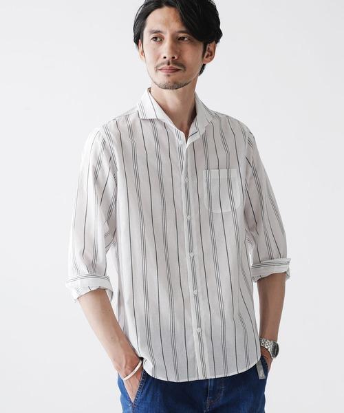 『軽さと機能性を兼ね備えた新感覚リネンシャツ』 麻の清涼感や通気性を持ちながら、吸水速乾性が高いキュプラをミックスしたリネンシャツ。 麻が持つシワ感や扱いづらさを改良し、軽さと機能性を兼ね備えたナノ・ユニバースオリジナル素材で仕上げた1着。 襟はすっきりとしたカッタウェイ型を採用し、敢えて第一ボタンを付けない設定にしています。 軽快な雰囲気と抜群な着心地により、夏場のカジュアル、ビジネスシーンに重宝するアイテムです。 nano・universe FLOW LINEN カッタウェイシャツ バリエーション ¥6,160