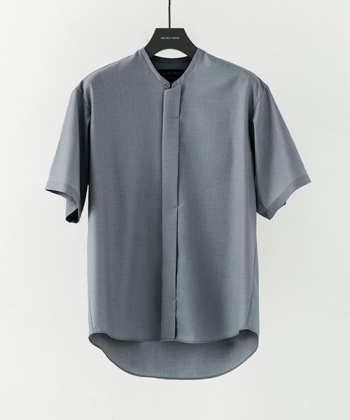 身体から程よく離れたリラックスしたボックスシルエット、浅いⅤネックでバンドカラーの様なネックバランスが特徴。 小さめのスタンド衿もよりミニマムでモードな印象を与えるデザインポイントに。 比翼の前立てで、デザインレスなのを逆に最大のデザインとする奥ゆかしさを持ったデザイン。 一枚はもちろん、Tシャツと合わせても品よくまとまるお勧めのシャツになっています。 UNITED TOKYO ツイルVネックシャツショートスリーブ ¥9,900