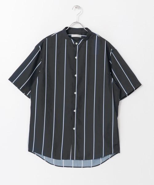 バンドカラーならではのきちっと感を惹き立てる着こなしも素敵です。 その他にもカジュアルなパンツやデニムにあわせて、ボタンを開けてラフに着崩すのもおすすめ。 着こなし次第で様々なコーディネートが楽しめる1着です。 SENSE OF PLACE by URBAN RESEARCH ストライプバンドカラーシャツ(5分袖) ¥5,390